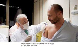 Eduardo Bolsonaro é vacinado contra Covid por Marcelo Queiroga